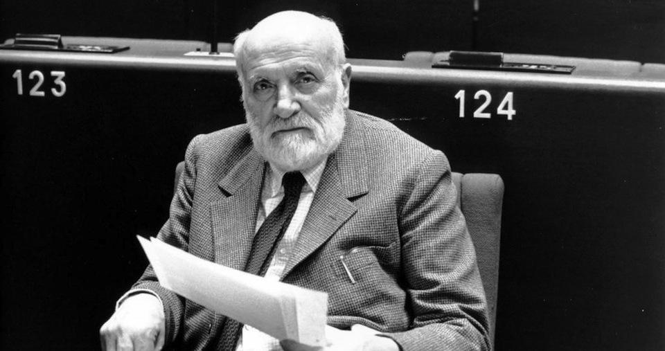 Altiero Spinelli, deputato comunista al Parlamento Europeo, ha firmato insieme ad Ernesto Rossi il Manifesto di Ventotene, ritenuto il documento fondante dell'Unione Europea.